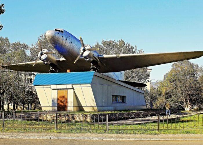 Памятник Ли-2