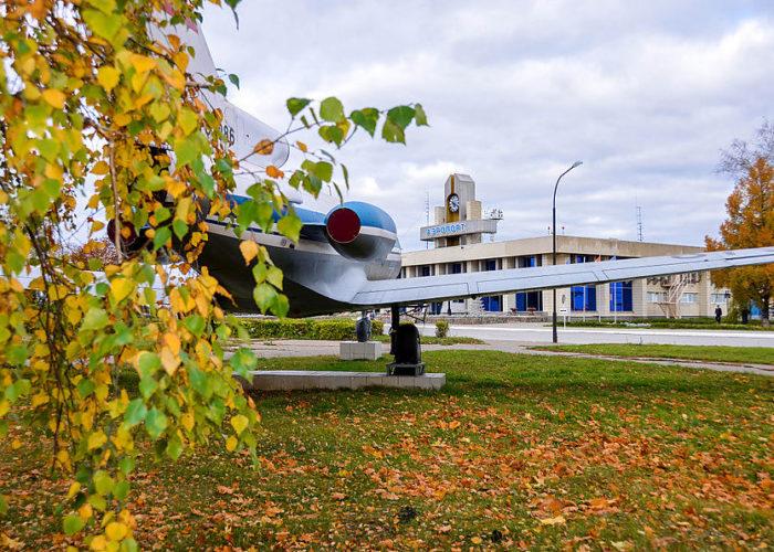 Памятник Як-40