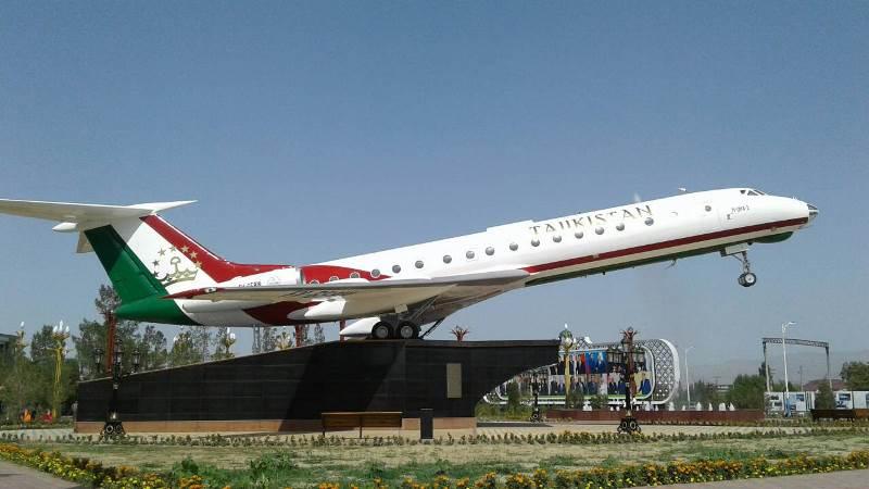 Памятник Ту-134 в аэропорту Худжанд